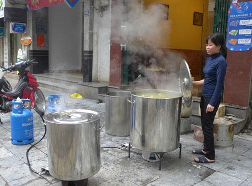 Dùng bếp gas công nghiệp luộc bánh chưng trên phố Đường Thành (quận Hoàn Kiếm)