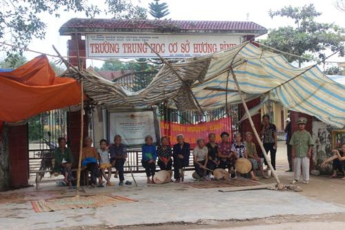 Suốt 3 tháng nay, một số người dân xã Hương Bình dựng rạp trước cổng trường THCS Hương Bình để phản đối sáp nhập
