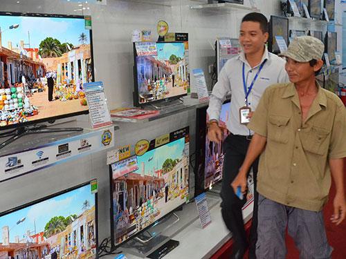 Sức mua mặt hàng tivi tăng xấp xỉ 50% so với những tháng trước Ảnh: TẤN THẠNH