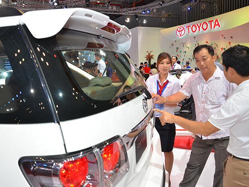 Khách hàng tìm hiểu mua xe tại một địa điểm triển lãm ô tô ở TP HCM.   Ảnh: TẤN THẠNH