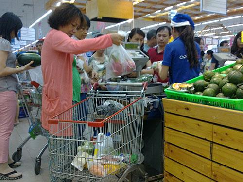 Xếp hàng chờ cân rau quả tươi tại siêu thị Co.opmart Phú Mỹ Hưng (quận 7, TP HCM)