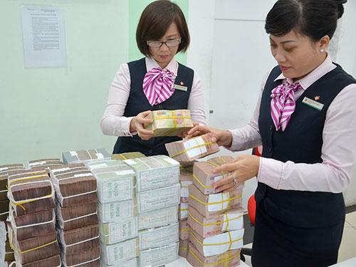 Nhân viên Ngân hàng Việt Nam Thịnh Vượng (VPBank) kiểm ngân. Ảnh: Tấn Thạnh