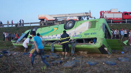 Chiếc xe khách lật ngửa dưới ruộng làm 1 người chết, 20 người bị thương