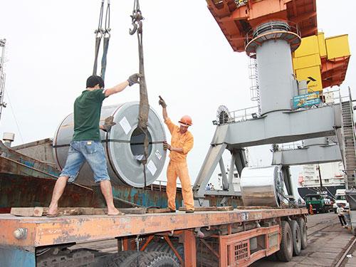 Bốc dỡ hàng hóa tại Cảng Hải Phòng