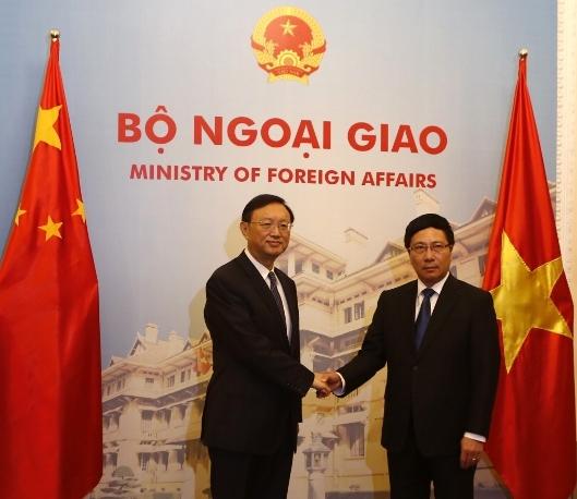 Phó Thủ tướng, Bộ trưởng Ngoại giao Phạm Bình Minh (phải) bắt tay Ủy viên Quốc vụ viện Trung Quốc Dương Khiết Trì trong cuộc gặp tại nhà khách chính phủ ngày 18-6