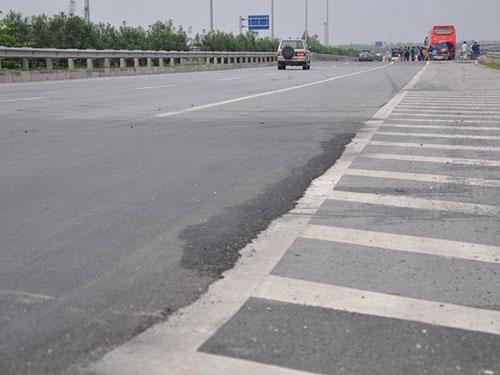 Đường cao tốc Cầu Giẽ-Ninh Bình vẫn đang trong giai đoạn chờ lún. Ảnh: Tuấn Minh