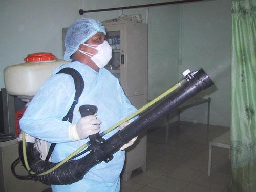 Nhân viên y tế dự phòng TP phun thuốc chống dịch