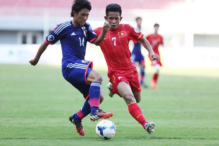 Hồng Duy (7) tranh bóng với cầu thủ U19 Nhật Bản