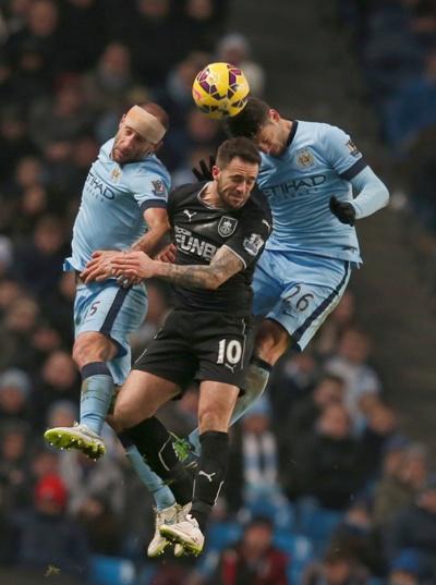 Hàng thủ Man City biếu không cho Burnley hai bàn thắng