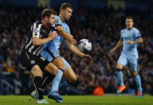 Man City của Edin Dzeko gặp khó trước Newcastle