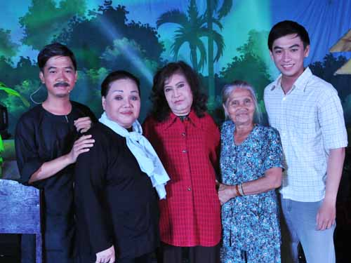 Trung Tính, NSND Ngọc Giàu, NSƯT Diệu Hiền, Hồng Sáp và Huỳnh Quý trong chương trình Những bài ca cổ vang danh