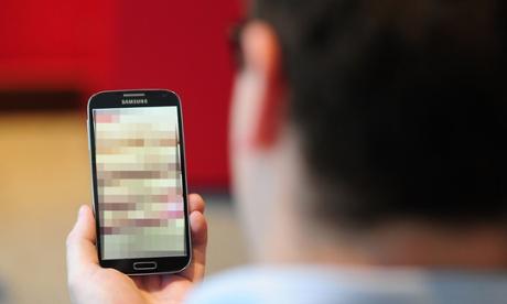 Luật trả thù khiêu dâm cấm phát tán hình ảnh khỏa thân của người khác lên mạng mà không có sự cho phép Ảnh: PA