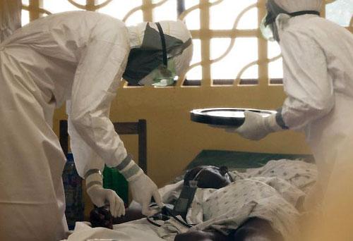Các bác sĩ chăm sóc cho bệnh nhân nhiễm Ebola