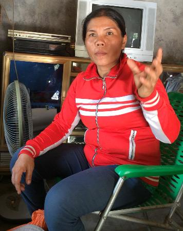 Chị Long đang kể lại chuyện đem tiền chuộc anh trai cho nhóm thanh niên