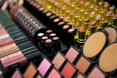 Phụ nữ chỉ dùng hết khoảng 10% số mỹ phẩm mà họ muaẢnh: Internet