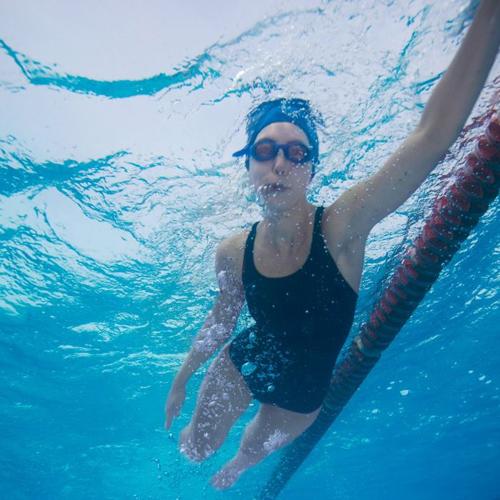 Nên thay miếng lót gắn dưới đũng quần tập khi chuyển từ bơi lội sang các động tác thể thao khác