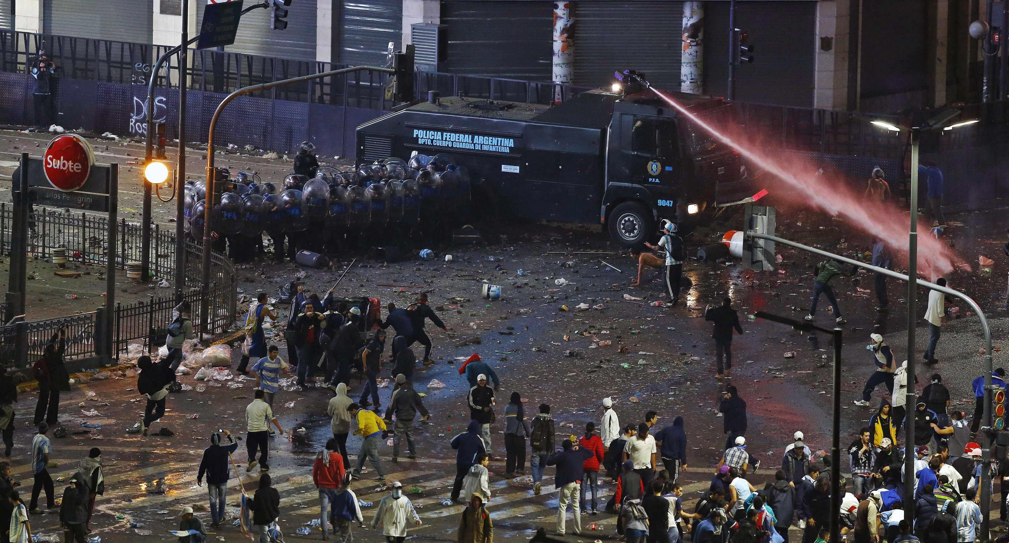 Cảnh sát phải dùng đến vòi rồng để giản tán đám đông