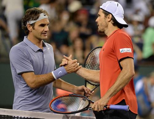 Federer thành công ở cuộc chiến giữa hai lão tướng, với Tommy Haas