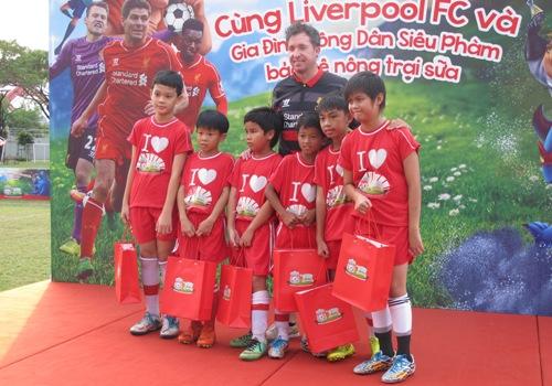 Fowler và các cầu thủ trẻ Việt Nam