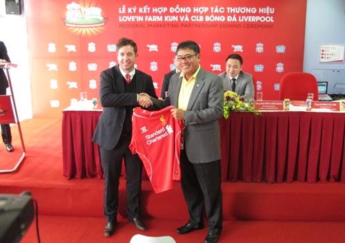 Robbie Fowler tặng áo đấu của CLB Liverpool cho đại diện LĐBĐ Việt Nam
