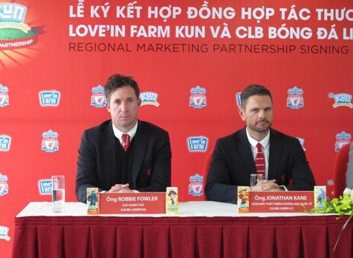 Robbie Fowler và đại diện CLB Liverpool tại lễ ký kết hợp tác