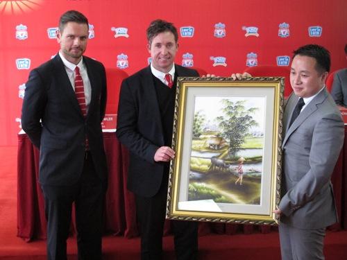 Đơn vị đối tác trao tặng phẩm cho CLB Liverpool