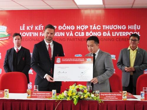 Đại diện công ty IDC trao hợp đồng cho đại diện đội bóng Liverpool