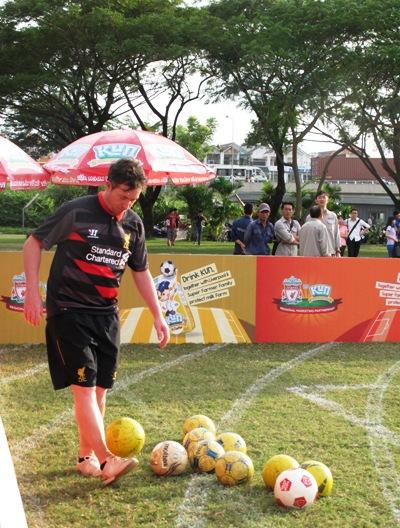 Robbie Fowler trên sân cỏ Việt Nam