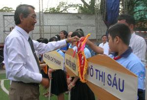 Lãnh đạo CĐ Giáo dục TP HCM tặng cờ cho các đội tham dự giải