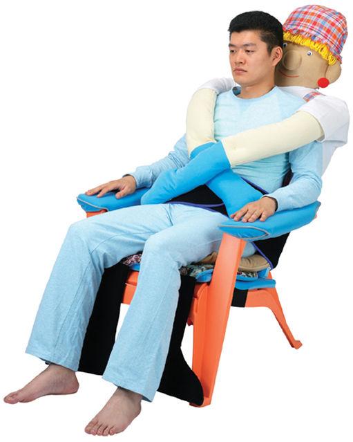Ghế ôm chống cô đơn. Ảnh: odditycentral.com
