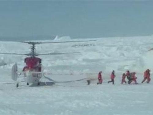 Trực thăng Trung Quốc đã đưa 12 người đầu tiên rời tàu Akademik Shokalskiy. Ảnh: Reuters