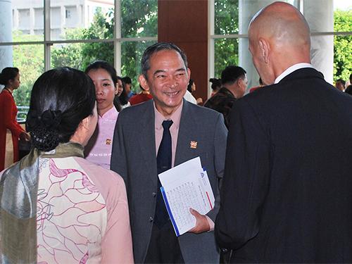 TS Trần Hà Nam trao đổi với giảng viên Trường ĐH Hoa Sen Ảnh: GIA THÙY