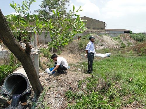 Cống dẫn nước thải chưa qua xử lý của Công ty Giấy Linh Xuân (quận Thủ Đức, TP HCM) xả thẳng vào môi trường Ảnh: MINH KHANH