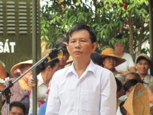 Trương Huỳnh Long đứng nghe tuyên án