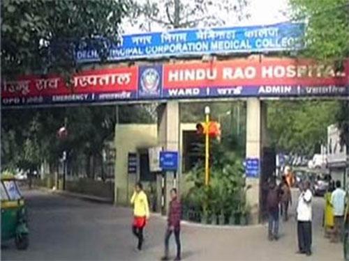 Nạn nhân đang vật lộn giành giật sự sống trong Bệnh việnBara Hindu Rao. Ảnh: NDTV