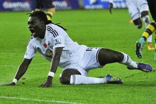 Gomis sau khi thực hiện pha đánh đầu ghi bàn thứ nhì cho Swansea