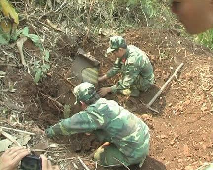 Lực lượng công binh đào quả bom khủng