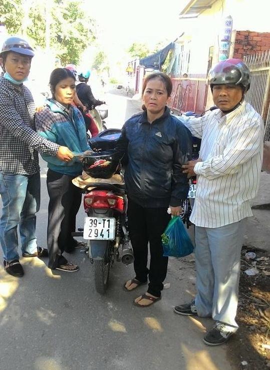 """2 nữ tặc móc túi trong chợ bị """"hiệp sĩ"""" Nguyễn Thanh Hải và Trần Anh Tuấn bắt giữ."""