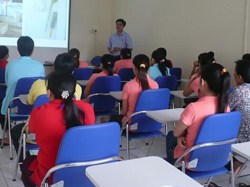 Công nhân Công ty Triple Việt Nam, huyện Củ Chi, TP HCM, tại một buổi tuyên truyền pháp luật lao động do Công đoàn cơ sở tổ chức  Ảnh: KHÁNH CHI