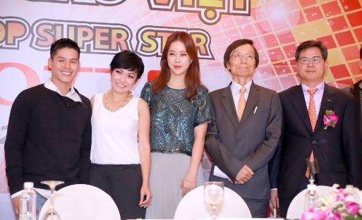 Baek Ji Young (giữa) cùng ê kíp làm chương trình tìm kiếm tài năng Ngôi sao Việt – VK Pop SuperStar