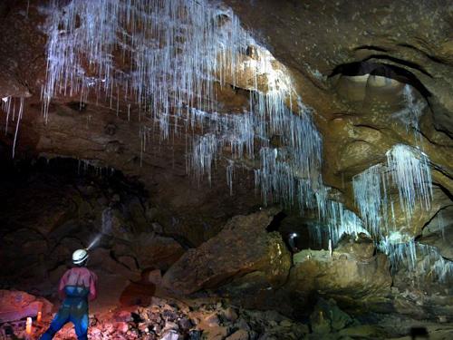 Thạch nhũ trắng xóa trong hang động