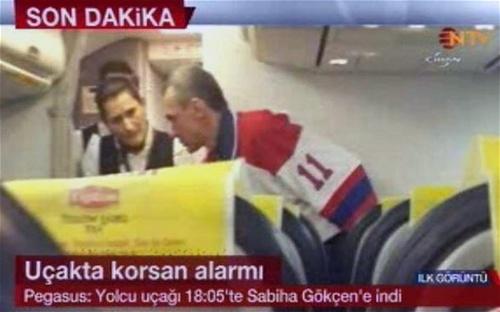 Nghi phạm (áo số 11) bị đưa ra khỏi máy bay
