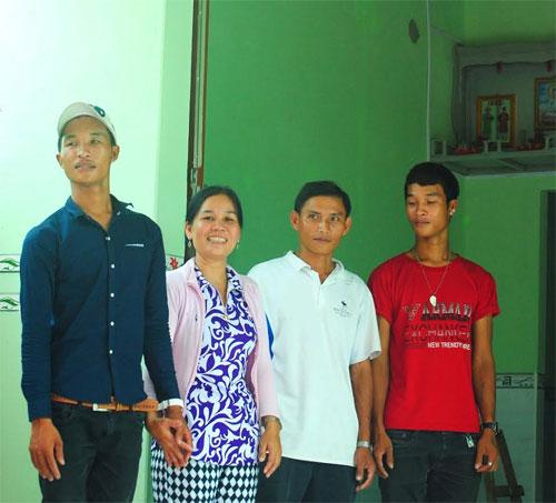 Hào Anh (bìa trái)và gia đình trong ngày tân gia nhà do các nhà hảo tâm hỗ trợ
