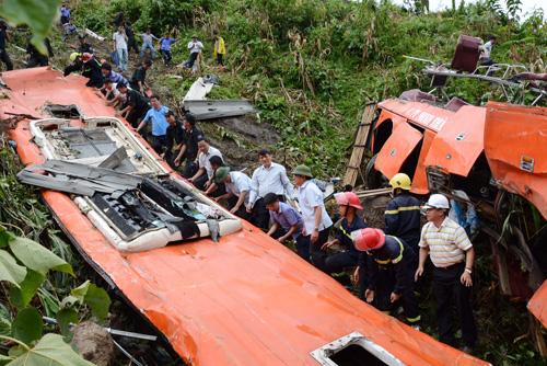 Bộ trưởng GTVT Đình La Thăng và nhiều quan chức tới thị sát hiện trường vụ tai nạn xe khách giường nằm Sao Việt rơi xuống vực ở Sa Pa