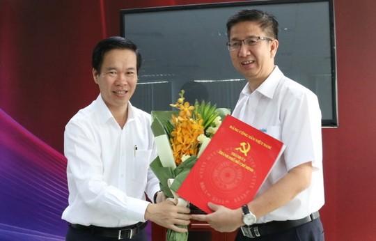 Phó Bí thư Thường trực Thành ủy TP HCM Võ Văn Thưởng trao quyết định cho ông Phạm Đức Hải (Hình: Báo Tuổi trẻ)