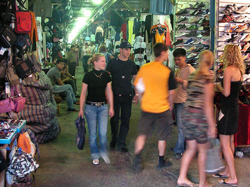 Một ngôi chợ của người Trung Quốc ở TP Vladivostok bán toàn hàng Trung Quốc Ảnh: ABC 4 TRIP