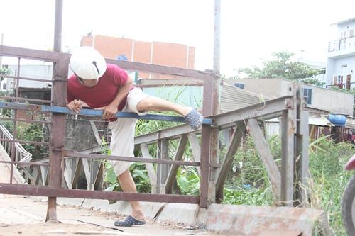 Nhiều người vẫn bất chấp nguy hiểm đi qua cây cầu này