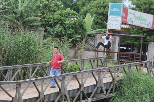 Cầu sập gần 2 tháng, nhiều người vẫn liều mình đi qua