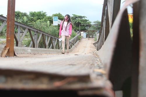 Cây cầu sắt bị sập gần 2 tháng qua nhưng vẫn chưa được sử chữa