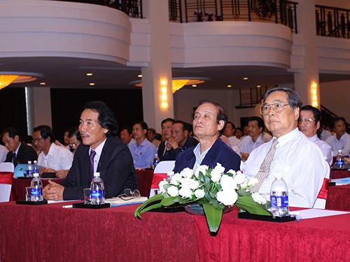 Ông Lê Quốc Phong, Chủ tịch HĐQT Công ty CP Phân bón Bình Điền (bìa trái), tại đại hội đồng cổ đông Ảnh: HUY NAM